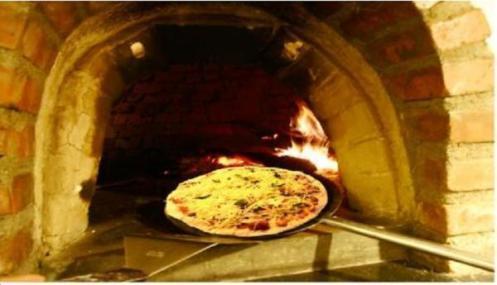 waktu pizza...mau di bakar di tungku ala...italy...lantera..