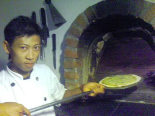 sia asep......mau bakar pizza di tungku lantera....